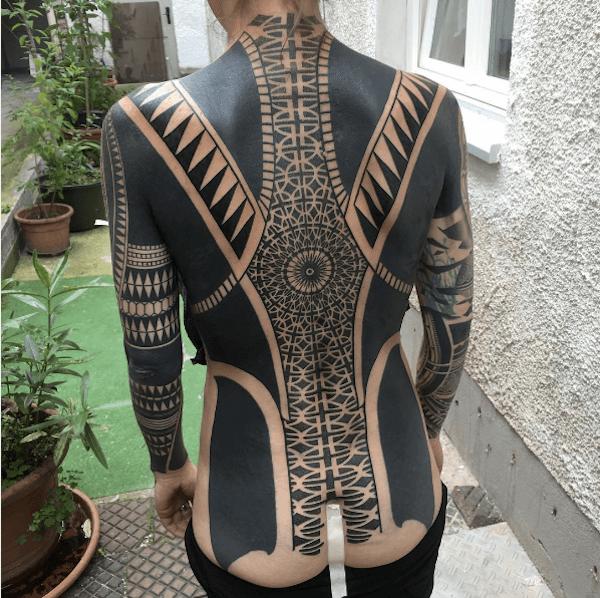 Los tatuajes geométricos y trivales más locos que abarcan grandes proporciones corporales 01