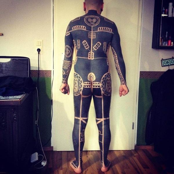 Los tatuajes geométricos y trivales más locos que abarcan grandes proporciones corporales 04