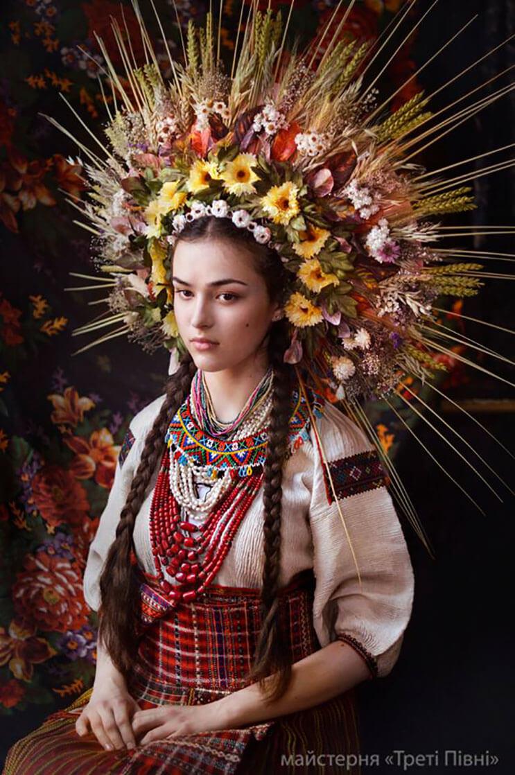 Mujeres ucranianas visten tocados para incentivar la cultura 10