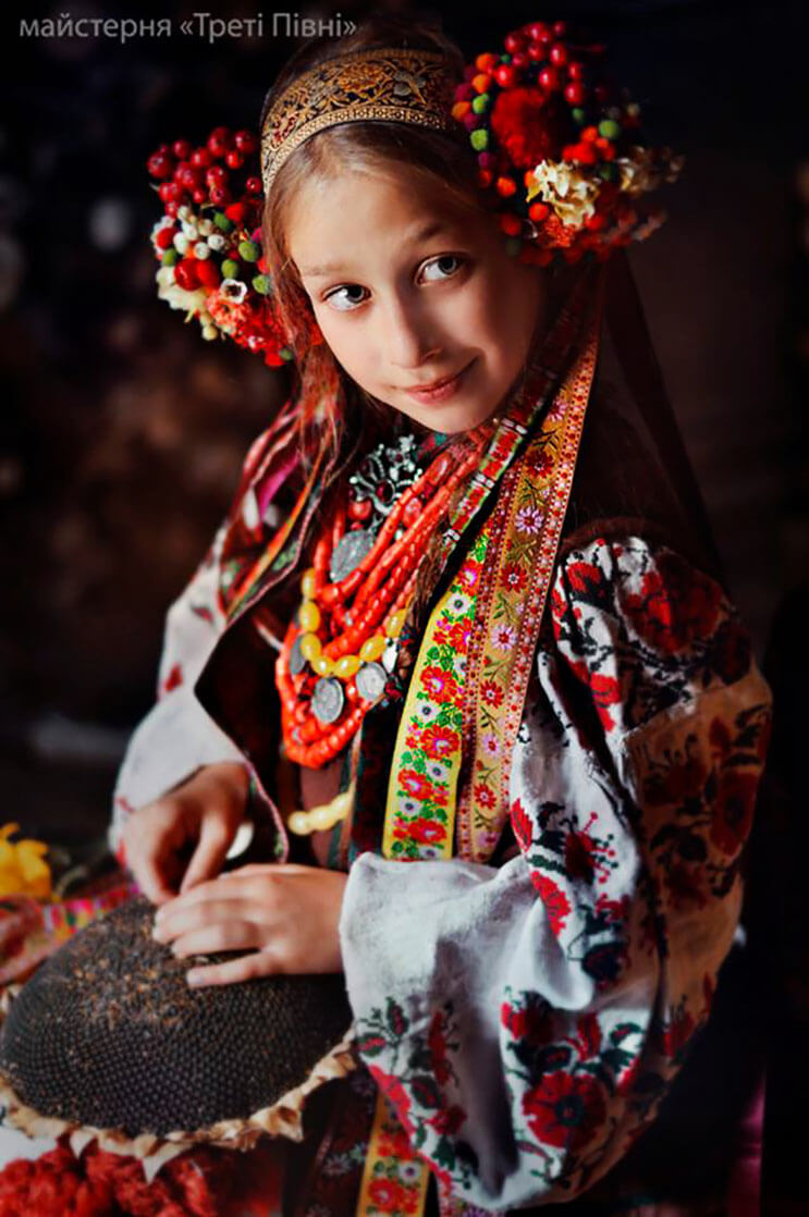 Mujeres ucranianas visten tocados para incentivar la cultura 11
