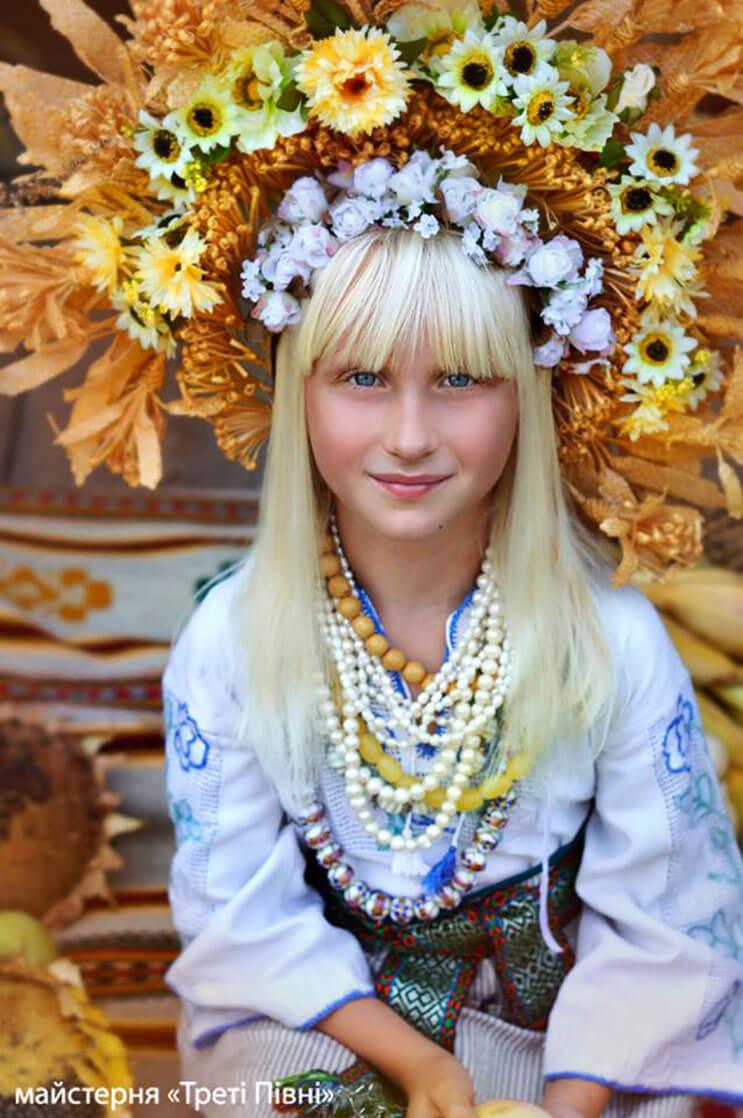 Mujeres ucranianas visten tocados para incentivar la cultura 12