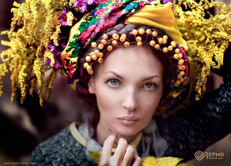 Mujeres ucranianas visten tocados para incentivar la cultura 14