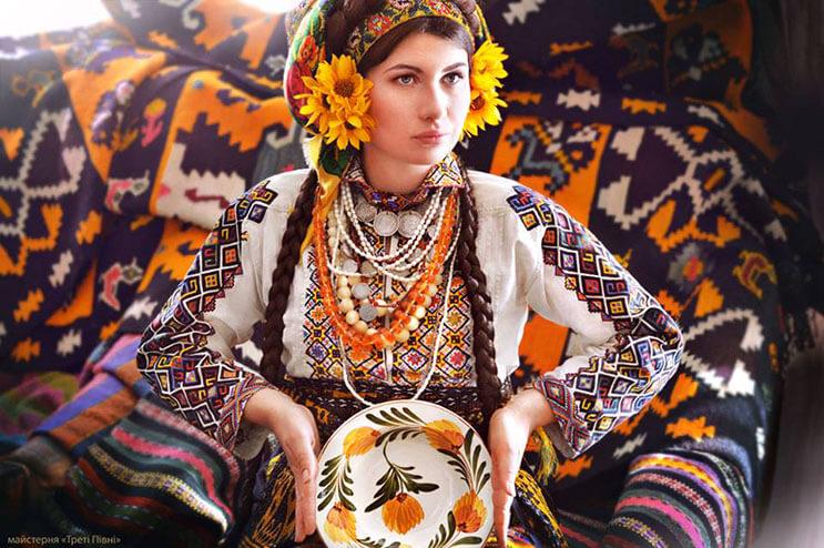 Mujeres ucranianas visten tocados para incentivar la cultura 15