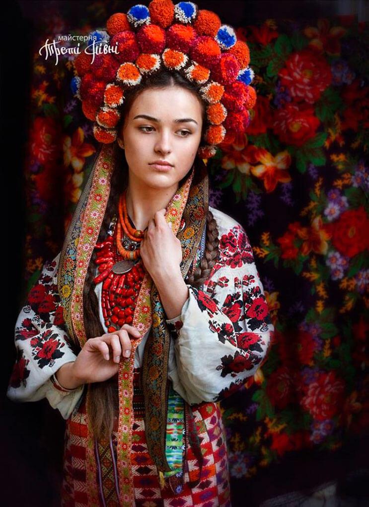 Mujeres ucranianas visten tocados para incentivar la cultura 18