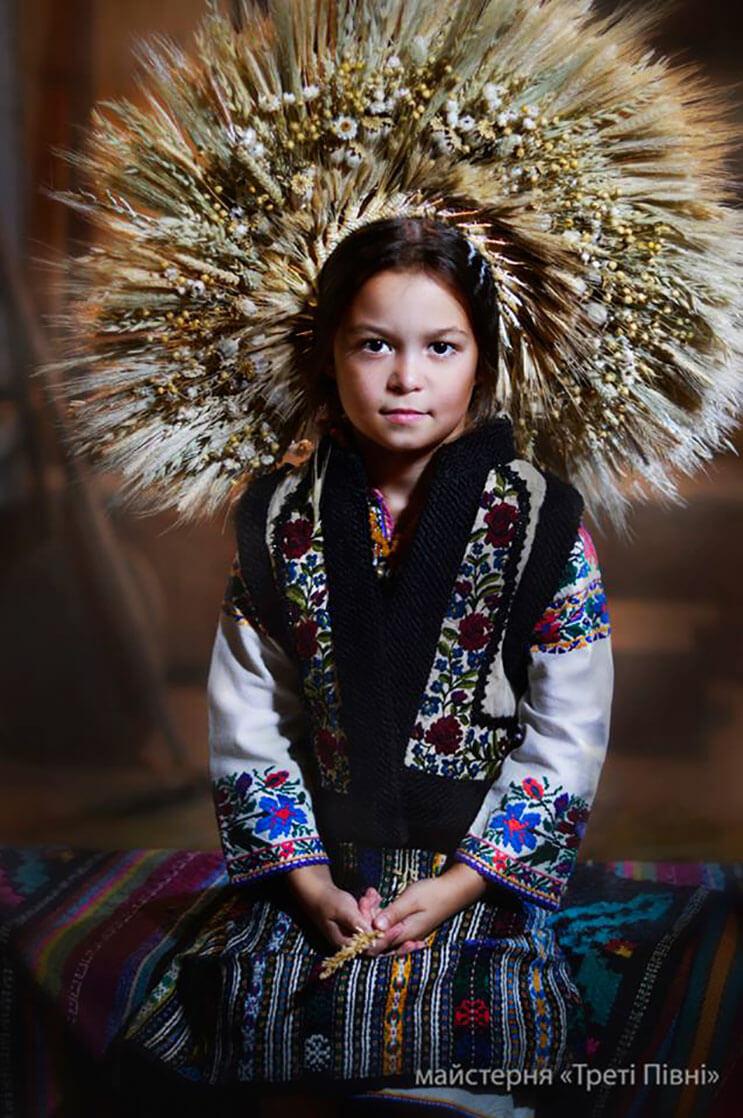 Mujeres ucranianas visten tocados para incentivar la cultura 2