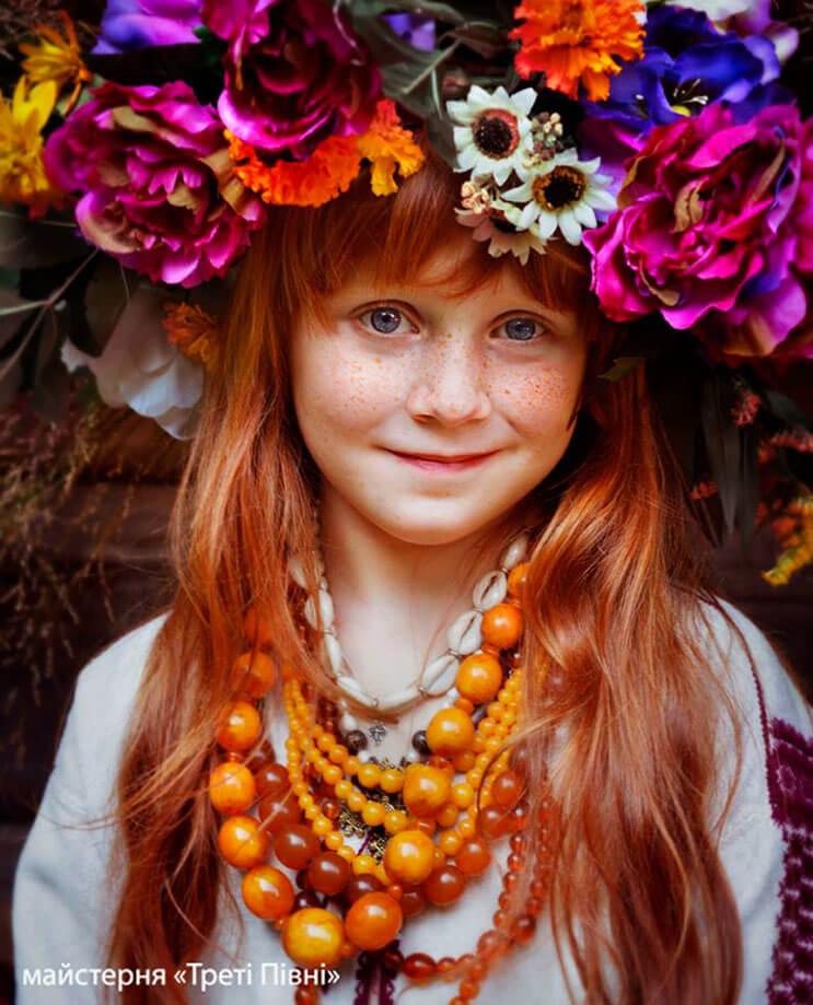 Mujeres ucranianas visten tocados para incentivar la cultura 3