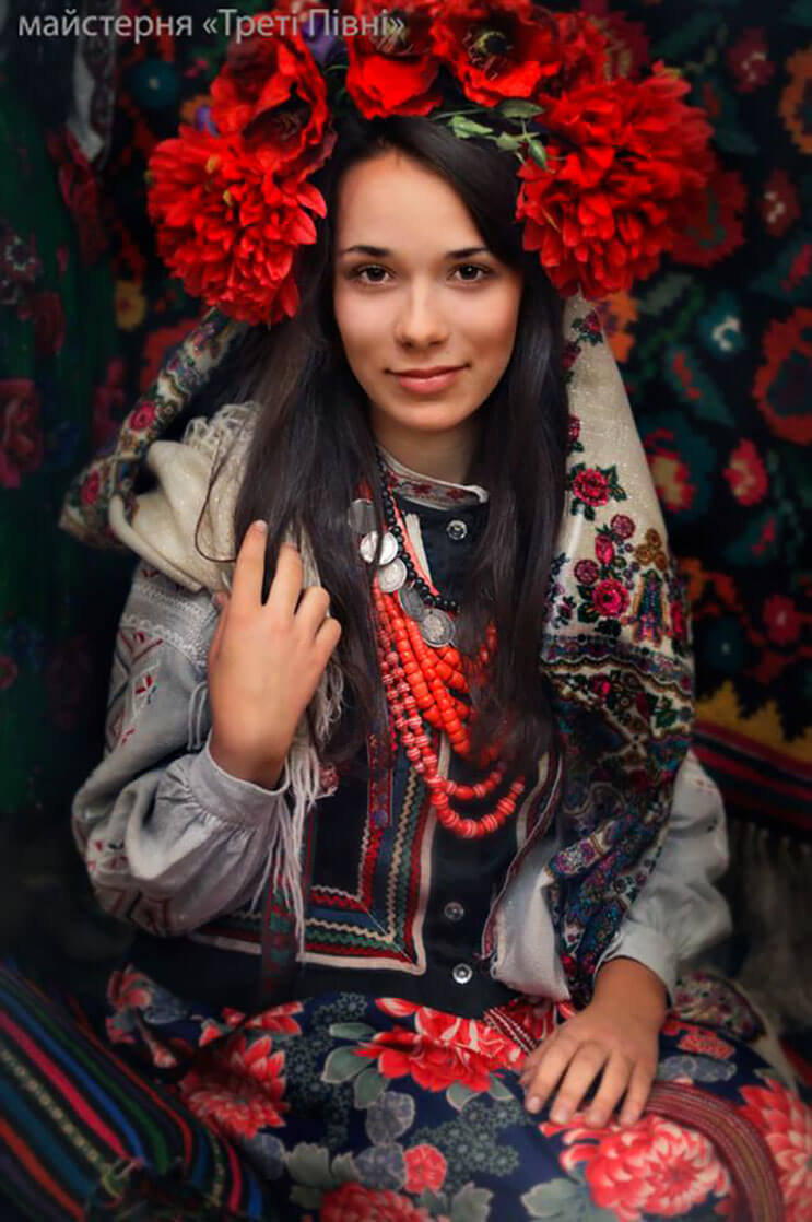 Mujeres ucranianas visten tocados para incentivar la cultura 4