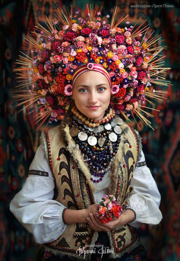 Mujeres ucranianas visten tocados para incentivar la cultura 6