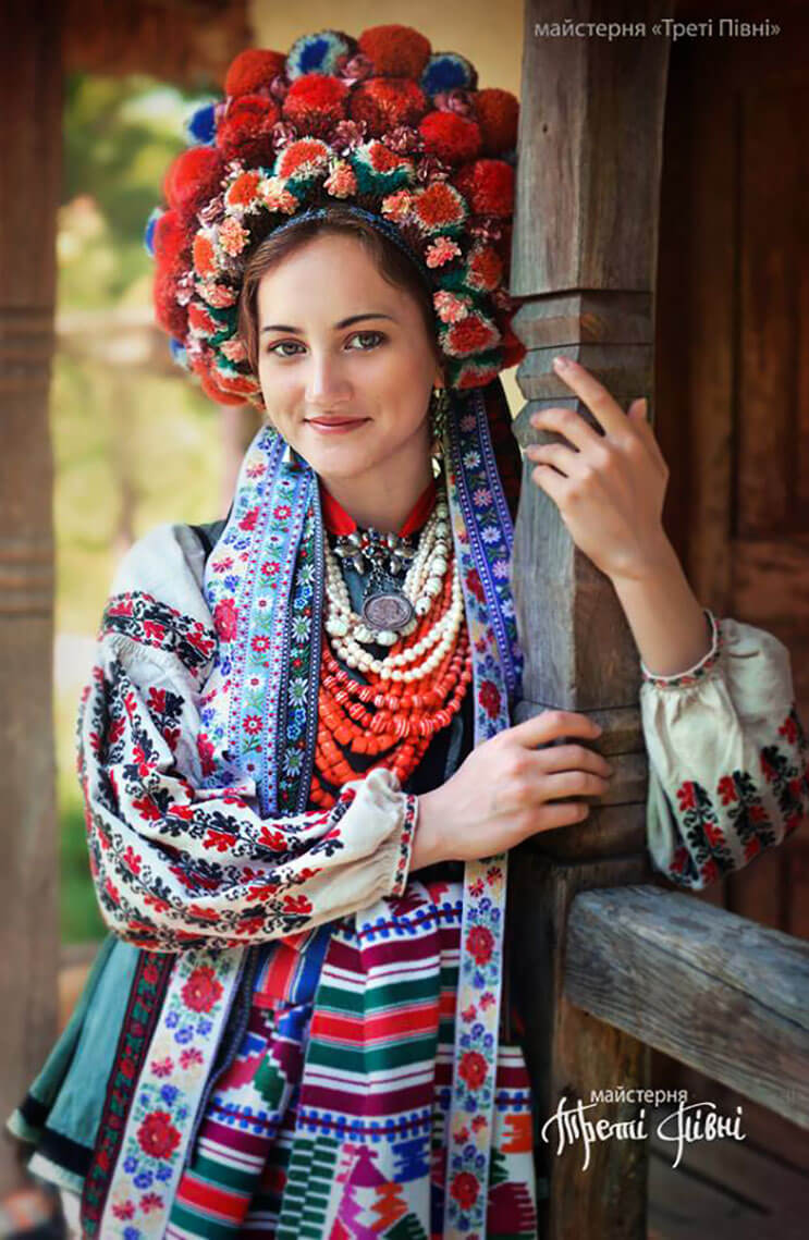 Mujeres ucranianas visten tocados para incentivar la cultura 7