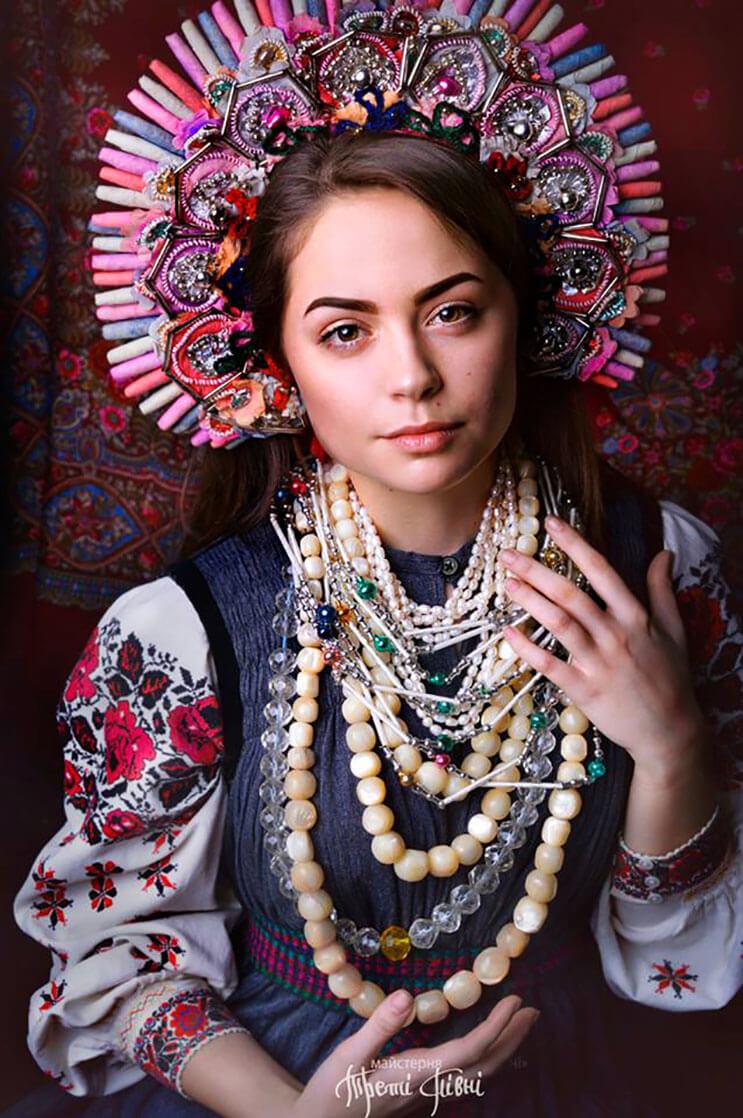 Mujeres ucranianas visten tocados para incentivar la cultura 9