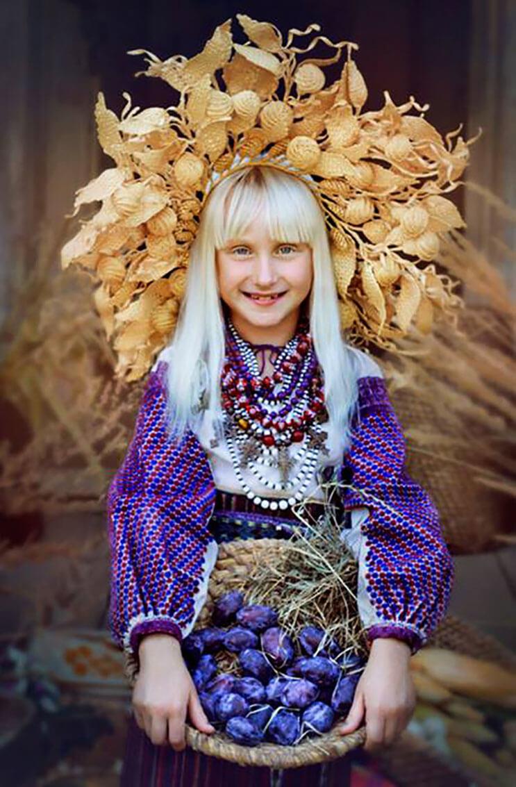 Mujeres ucranianas visten tocados para incentivar la cultura