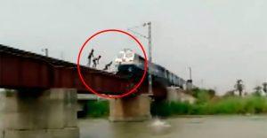 Niños en la India arriesgan su vida jugando en las vías del tren