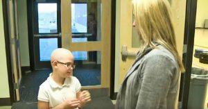 La decisión de raparse el cabello esconde un conmovedor motivo pero fue expulsada del colegio
