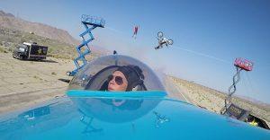 Una temeraria acrobacia que involucra un avión, una bicicleta y un equilibrista