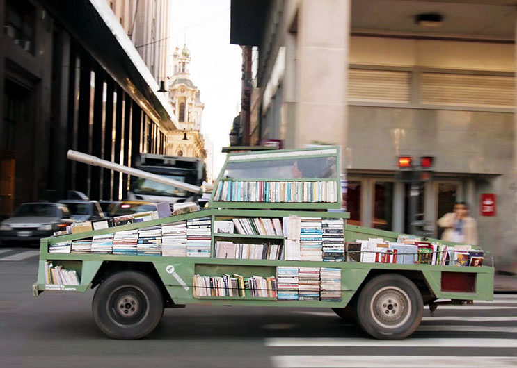 Creativa librería usada como arma de INSTRUCCIÓN masiva 2