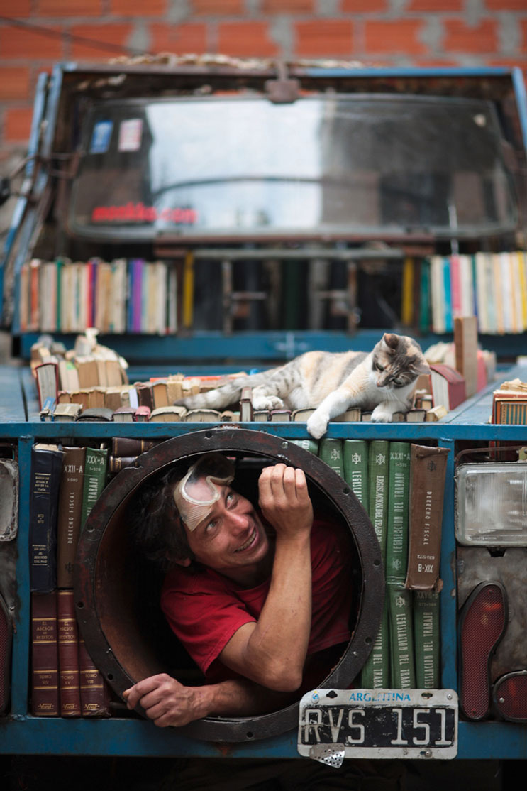 Creativa librería usada como arma de INSTRUCCIÓN masiva