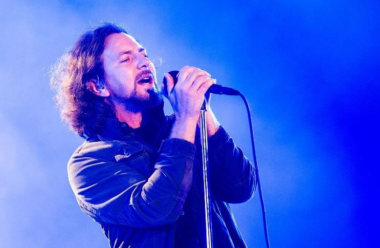 Eddie Vedder se gana los aplausos del público al echar de su concierto a un fan que agredió a una mujer 01