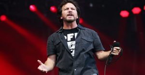 Eddie Vedder se gana los aplausos del público al echar de su concierto a un fan que agredió a una mujer