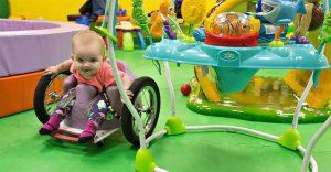 El amor de una madre hizo que ella misma construya una silla de ruedas para su hija