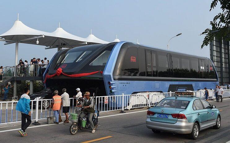 El gigantesco autobús chino que va por encima de los autos es una realidad 01