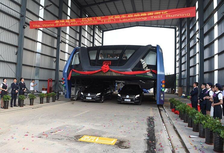 El gigantesco autobús chino que va por encima de los autos es una realidad 04