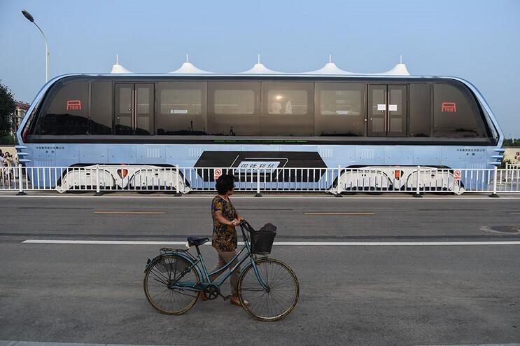 El gigantesco autobús chino que va por encima de los autos es una realidad 05