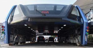 El gigantesco autobús chino que va por encima de los autos es una realidad