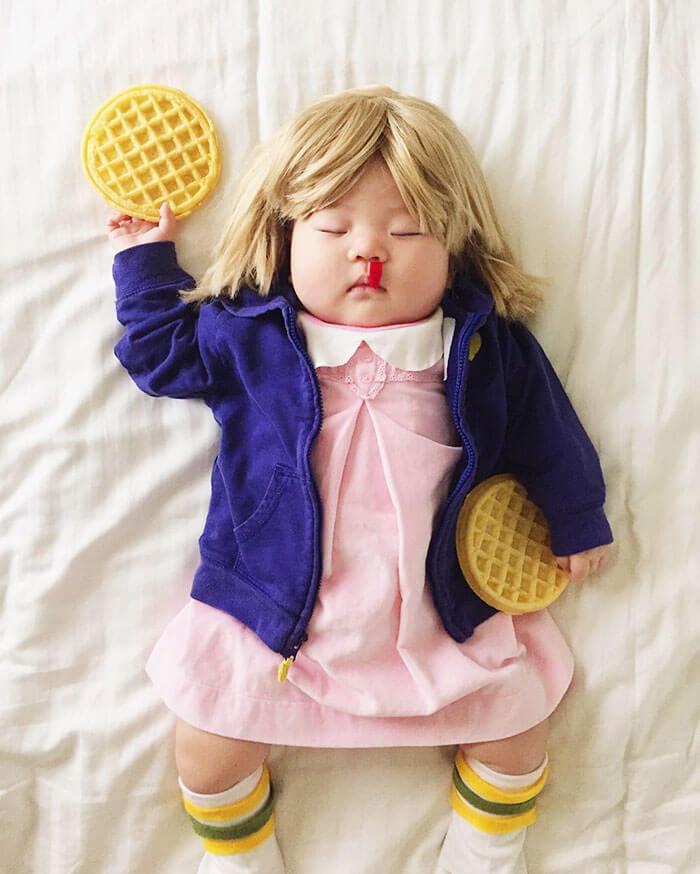 Esta bebé se ha convertido en toda una modelo de Instagram entre siesta y siesta stranger things