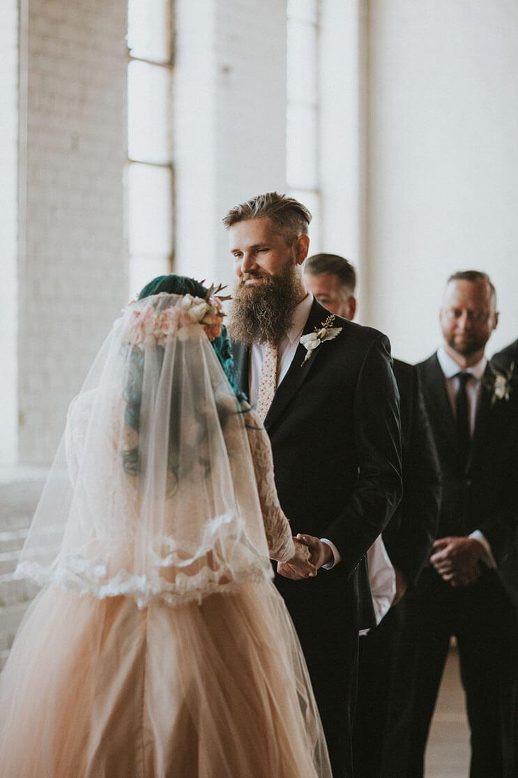 Esta novia deslumbra a los invitados de su boda, pero no sólo por su hermoso vestido 11