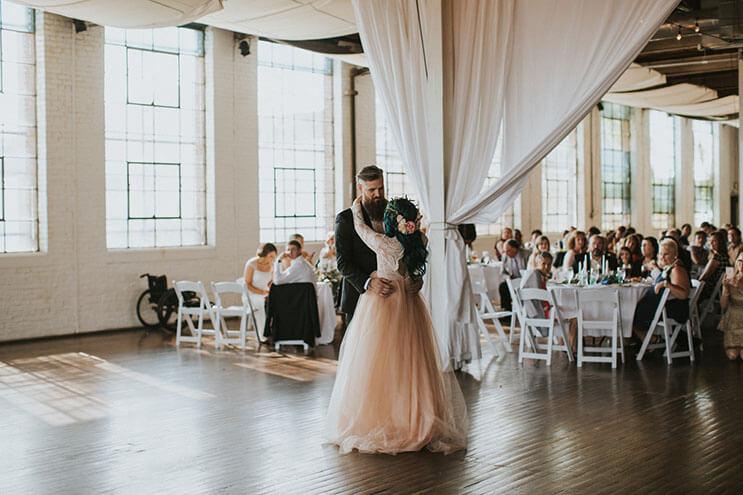 Esta novia deslumbra a los invitados de su boda, pero no sólo por su hermoso vestido 17