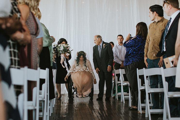 Esta novia deslumbra a los invitados de su boda, pero no sólo por su hermoso vestido 7