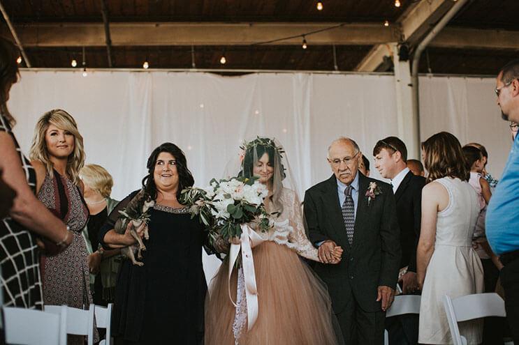 Esta novia deslumbra a los invitados de su boda, pero no sólo por su hermoso vestido 8