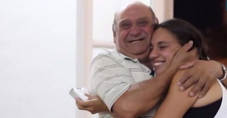 Este abuelo pensó que lo estaban entrevistando pero en realidad era una sorpresa que nunca olvidará