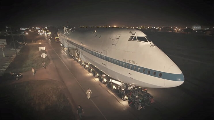 Este avión Boeing 747 fue transformado de una colorida forma para ser usado como galería 01