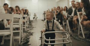 Este niño con síndrome de down se robó el corazón de todos cuando entró caminando al altar