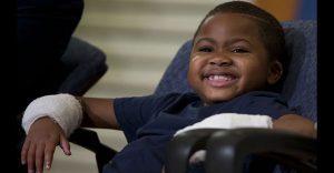 Este niño es el primero en recibir doble trasplante de mano y no podría estar más feliz