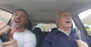 Este padre con Alzheimer vuelve a ser él mismo cuando canta con su hijo