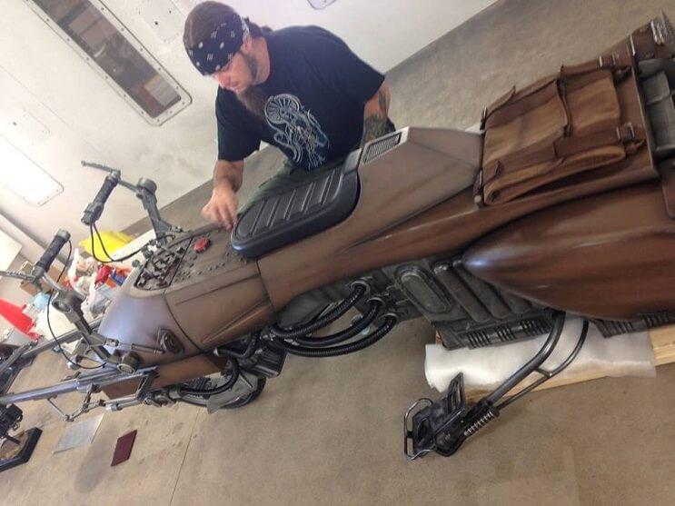 Este sujeto decidió transformar su motocicleta en la moto de La Guerra de las Galaxias 02