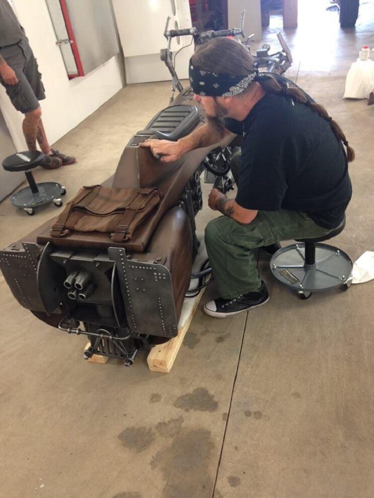 Este sujeto decidió transformar su motocicleta en la moto de La Guerra de las Galaxias 03