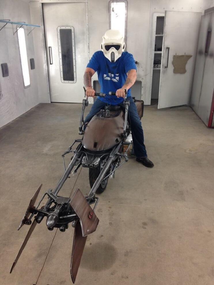 Este sujeto decidió transformar su motocicleta en la moto de La Guerra de las Galaxias 04