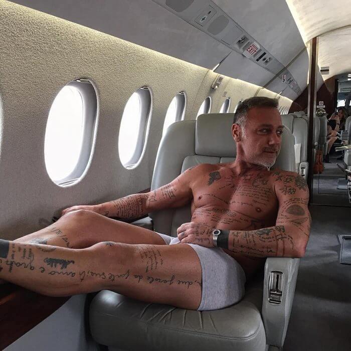 Gianluca tiene cientos de tatuajes