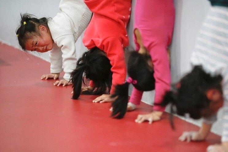 Gimnasia niños China boca abajo 1