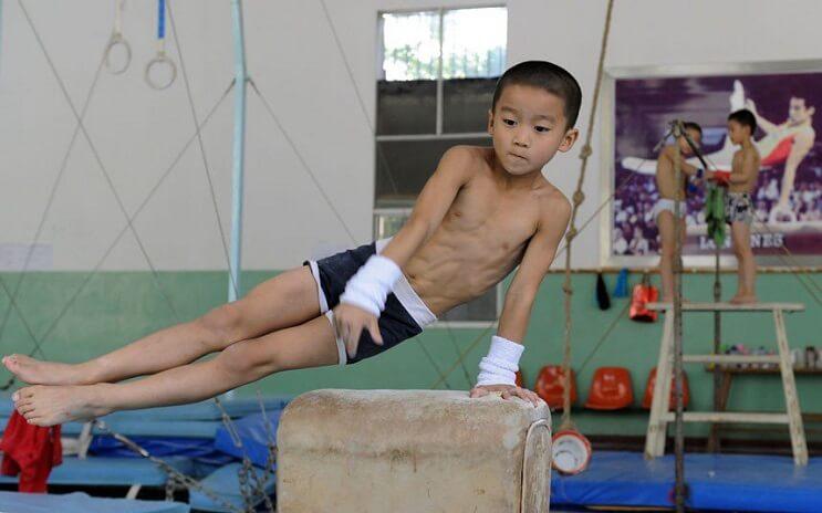 Gimnasia niños China caballo