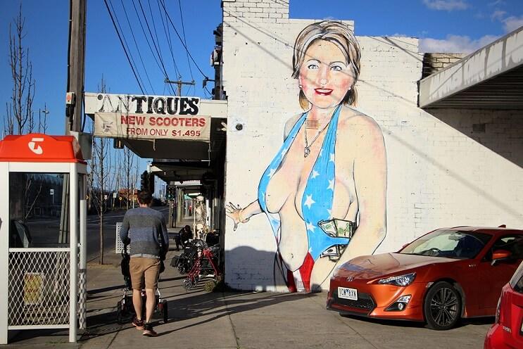 Ingeniosa respuesta de artista ante petición de borrar el mural de Hillary Clinton con bikini