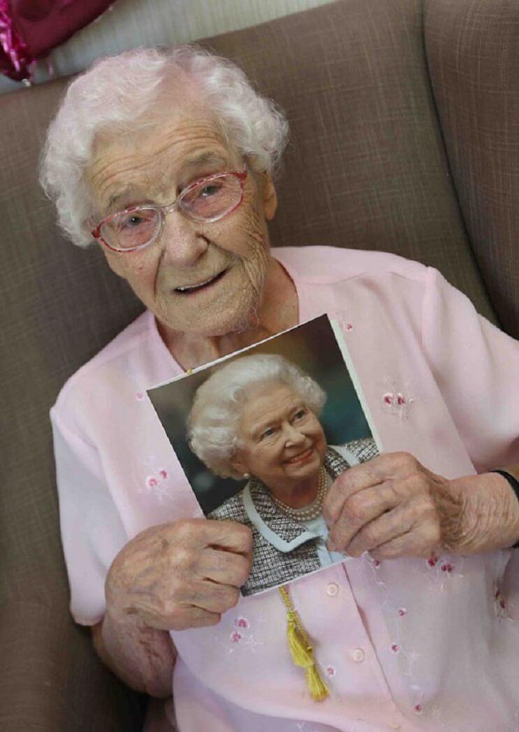 Ivena Samiles 105 años bombero con pastel