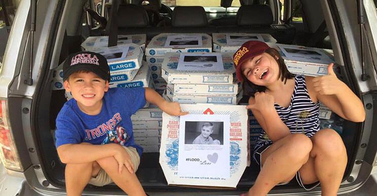 Lo único que este niño quiso por su cumpleaños fue repartir pizzas a los damnificados por las inundaciones de Louisiana