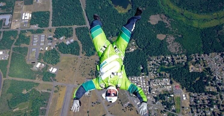 Luke Aikins rompe un gran reto al sobrevivir una caída de 25 mil pies sin paracaídas