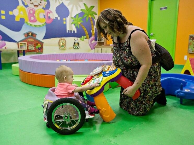 Mama hija silla de ruedas