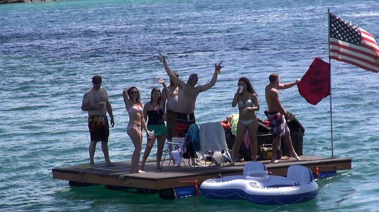 Miles de estadounidenses alcoholizados invaden Canadá con sus flotadores 03