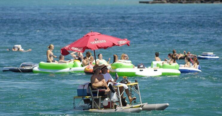 Miles de estadounidenses alcoholizados invaden Canadá con sus flotadores 04